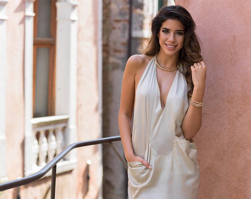 modella_con_collana_e_bracciali_a_venezia
