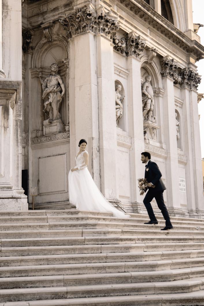 Sposi si rincorrono davanti alla Basilica della Salute di Venezia